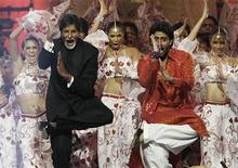 <p>Bollywood actors Amitabh Bachchan (L) and his son Abhishek Bachchan perform on stage during the Indian International Academy Awards (IIFA) in Sheffield, northern England June 9, 2007. REUTERS/Darren Staples</p>