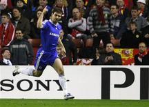 <p>Defensor Branislav Ivanovic, do Chelsea, celebra gol contra o Liverpool em vitória de 3 x 1, de virada, nesta quarta-feira, pelas quartas-de-final da Liga dos Campeões. REUTERS/Phil Noble</p>