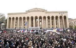 <p>Митинг оппозиции в центре Тбилиси 9 апреля 2009 года. Сотни полицейских и пожарные машины прибыли к зданию парламента Грузии в столице, где оппозиция надеется собрать в четверг 150.000 человек на митинг против президента Михаила Саакашвили. Оппозиционеры говорят, что некоторые активисты уже арестованы. REUTERS/David Mdzinarishvili</p>