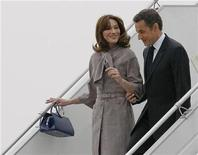 <p>France's President Nicolas Sarkozy and first lady Carla Bruni-Sarkozy leave the plane after they arrived to Strasbourg, April 3, 2009. REUTERS/Eric Gaillard</p>