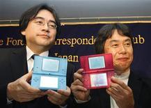 """<p>El presidente de Nintendo Co, Satoru Iwata, y el gerente general Shigeru Miyamoto, muestran las nuevas consolas DSi de la compañía, en Tokio, 9 abr 2009. La empresa japonesa Nintendo Co, que compite con Microsoft Corp y Sony Corp en el mercado global de videojuegos, dijo el jueves que lanzará su software """"Wii Sports Resort"""" en junio en Japón. REUTERS/Yuriko Nakao</p>"""