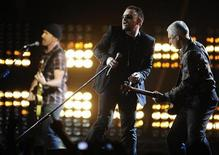 <p>U2 se presenta en los premios Brit Awards en Earls Court en Londres, 18 feb 2009. YouTube y Universal Music Group dijeron el jueves que lanzarán un sitio de videos musicales en internet, en un intento por incrementar las ventas de la popular página de internet. REUTERS/Dylan Martinez</p>