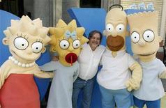 """<p>Imagen de archivo del creador de """"Los Simpson"""", Matt Groening, mientras posa con los persanajes de la familia, en Los Angeles, 25 abr 2005. Los admiradores de """"Los Simpson"""" ya podrán conocer las estampillas con los rostros de Homero, Marge y el resto de la familia, además de votar por su personaje favorito. REUTERS/Fred Prouser/Archivo</p>"""