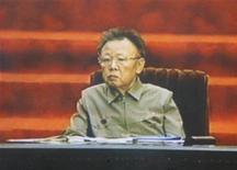 <p>Телевизионные кадры, показывающие лидера Северной Кореи Ким Чен Ира на открытиии 12-го Верховного народного собрания КНДР в Пхеньяне 9 апреля 2009 года. Лидер Северной Кореи Ким Чен Ир в четверг впервые появился на государственном мероприятии с тех пор, как в августе, по предположениям западных разведок, перенес инсульт. REUTERS/KRT via Reuters TV</p>