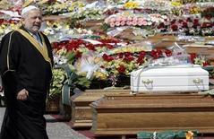 <p>L'imam Mohammad Nur Dachan ai funerali oggi all'Aquila. REUTERS/Alessandro Garofalo</p>