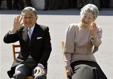 <p>Japan's Emperor Akihito (L) and Empress Michiko wave to well-wishers as they listen to the Imperial Guard music band's performance in celebration of their 50th wedding anniversary in the Imperial Palace compound in Tokyo April 10, 2009. REUTERS/Katsumi Kasahara/Pool</p>
