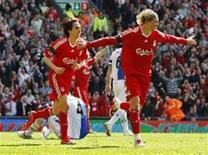 <p>Fernando Torres (direita) comemora com Yossi Benayoun após marcar o segundo gol contra o Blackburn Rovers em partida emocionante. REUTERS/Phil Noble</p>