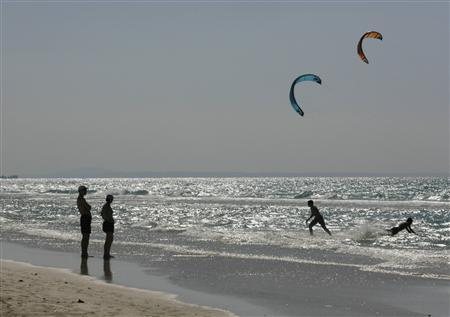 People walk along Varadero beach in Matanzas April 9, 2009.REUTERS/Enrique De La Osa