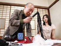 """<p>PoEl actor de porno Shigeo Tokuda posa con la actriz Yuri Kuroda antes de la filmación de su nueva película en Ichikawa, al este de Tokio, 13 abr 2009. El es el típico anciano, con un poco de pelo canoso alrededor de la cabeza y dentadura postiza. Pero Shigeo Tokuda de 75 años, sentado en un set de televisión y vestido con un kimono de seda y un """"taparrabos"""", está a punto de practicar sexo en una película con una mujer que es más joven que su hija. REUTERS/Kim Kyung-Hoon</p>"""