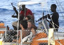 <p>Сомалийские пираты держат в заложников пассажиров французской яхты Tanit, фотография опубликована 11 апреля 2009 года. Пираты снова захватили судно недалеко от побережья Сомали, сообщила во вторник морская группа East African Seafarers' Assistance Programme. REUTERS/ECPAD-French Ministry of Defence</p>