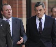 <p>Премьер-министр Великобритании Гордон Браун (справа) и его советник Дэмиен Макбрайд на конференции лейбористов в Манчестере 21 сентября 2008 года. Премьер-министр Великобритании Гордон Браун, вынужденный урегулировать очередной политический скандал в своем окружении, извинился перед консерваторами и сказал, что политические советники, которые попытаются очернить конкурирующую партию, будут уволены. REUTERS/Toby Melville</p>