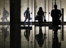 <p>Personas caminan dentro de un edificio de oficinas en Tokio, 8 ene 2009. Si en su oficina hay algunos halagos un poco más falsos y más entusiasmo de lo normal, no se sorprenda. Bajo cualquiera de sus nombres populares, adular al jefe o hacerse ver son comportamientos que según expertos aumentan en el lugar de trabajo cuando los empleados tienen miedo y quieren conservar sus puestos en medio de momentos económicos difíciles. Pero comportarse así puede ser malo para el negocio, señalaron. REUTERS/Yuriko Nakao/Archivo</p>