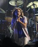 """<p>Foto de archivo en que Eddie Vedder de Pearl Jam se presenta en la grabación del concierto """"VH1 Rock Honors: The Who"""" en Los Angeles, 12 jul 2008. Pearl Jam se encuentra programando las fechas de una gira estadounidense para la segunda mitad del 2009, incluyendo el festival musical Outside Lands Music & Arts en San Francisco, California. REUTERS/Mario Anzuoni/Archivo</p>"""