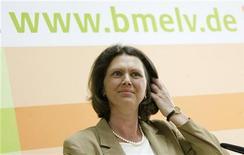 <p>Berlino: la ministra dell'Agricoltura e della protezione dei consumatori Ilse Aigner nella conferenza stampa di oggi sul mais Ogm REUTERS/Hannibal Hanschke</p>