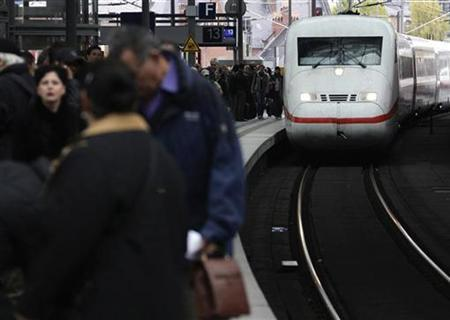 Passengers queue up as a high-speed train arrives at the main central station in Berlin, October 27, 2008. REUTERS/Tobias Schwarz