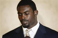 <p>Atlanta Falcons quarterback Michael Vick pauses during a statement to the press at a hotel in Richmond, Virginia in this August 27, 2007, file photo. REUTERS/Jason Reed/File</p>