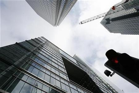 The Bank of America (BOTTOM) and Citibank (R) buildings are seen in the Canary Wharf financial district of London January 16, 2009. REUTERS/Andrew Winning