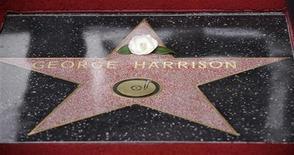 <p>Цветок, положенный женой экс участника Beatles Джорджа Харрисона Оливией, на открытой в его честь звезде на Аллее славы в Голливуде 14 апреля 2009 года. На Алее славы в Голливуде друзья и коллеги бывшего участника Beatles Джорджа Харрисона торжественно открыли звезду в честь музыканта, скончавшегося от рака в 2001 году. REUTERS/Phil McCarten</p>