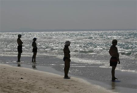 People stand along Varadero beach in Matanzas April 9, 2009. REUTERS/Enrique De La Osa