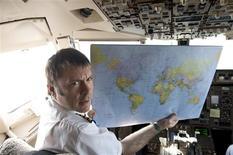 """<p>Vocalista do Iron Maiden, Bruce Dickinson, em cabine de controle de avião que ele mesmo pilota. O Iron Maiden vai chegar aos cinemas com """"Iron Maiden: Flight 666"""". REUTERS/Iron Maiden Holdings Ltd./Handout</p>"""
