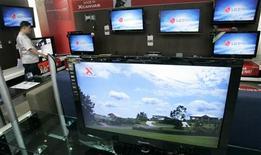 <p>Le Sud-Coréen LG Display annonce des pertes pour le deuxième trimestre consécutif en raison du faible prix des écrans à cristaux liquides (LCD) mais prévoit une reprise prochaine sous l'effet de leur remontée. /Photo d'archives/REUTERS/Jo Yong-Hak</p>