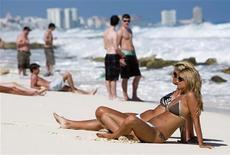 <p>Туристы нв пляже в мексиканском штате Куинтана 26 февраля 2009 года. Количество туристов, посетивших Мексику резко выросло в начале 2009 года, несмотря на спад в мировой экономике и ожесточенную войну с наркоторговцами, которую ведут власти страны. REUTERS/Stringer</p>