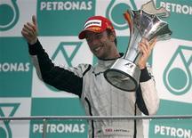 <p>Piloto da Brawn GP o britânico Jenson Button comemora no pódio no Grande Prêmio da Malásia. 05/04/2009. REUTERS/David Loh</p>