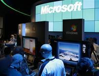 <p>Microsoft et le département de la Justice des Etats-Unis ont accepté d'un commun accord de prolonger de 18 mois certains aspects d'une surveillance fédérale antitrust concernant un abus de position dominante dans les systèmes d'exploitation pour PC. /Photo prise le 9 janvier 2009/REUTERS/Rick Wilking</p>
