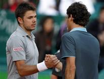 <p>Stanislas Wawrinka cumprimento o compatriota suíço Roger Federer após partida do Masters de Monte Carlo, em Mônaco. 16/04/2009 REUTERS/Eric Gaillard</p>