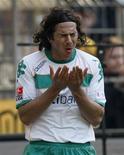 <p>A Corte Arbitral dos Esportes (CAS) cancelou uma multa de 10 mil dólares imposta ao atacante peruano Claudio Pizarro pela federação de futebol do país como parte de uma punição por supostamente ter dado uma festa no hotel da equipe. REUTERS/Ina Fassbender</p>