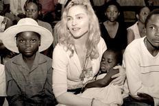 <p>Foto de publicidade da cantora pop star norte-americana Madonna e Mercy, a criança malauian que ela espera adotar. 13/04/2009. REUTERS/Tom Munro/Warner Brothers Records/Divulgação</p>