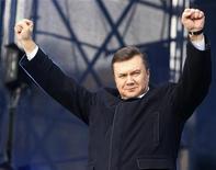 <p>Лидер украинской оппозиции Виктор Янукович приветствует своих сторонников на митинге в Киеве 27 марта 2009 года. Лидер оппозиционной Партии регионов и самый популярный политик Украины Виктор Янукович примет участие в очередных президентских выборах 25 октября, говорится в сообщении, размещенном на официальном сайта политика www.ya2008.com. REUTERS/ Gleb Garanich</p>