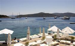 """<p>Женщина нежится на солнце в отеле в Голтуркбуку, Турция 17 июля 2007 года. Все меньше россиян едут на отдых в Турцию, раньше являвшуюся настоящей меккой для туристов из бывшего СНГ, ценящих неограниченное питание и выпивку по системе """"все включено"""". REUTERS/Fatih Saribas</p>"""