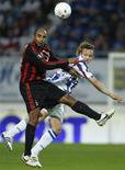<p>Meia brasileiro Emerson do Milan e Mika Vayryner do Heerenveen. 23/10/2008. REUTERS/Jerry Lampen</p>