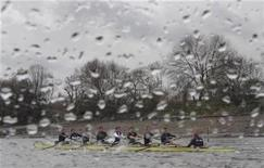 <p>The Oxford University rowing team train on the River Thames in west London March 27, 2009. REUTERS/Toby Melville</p>