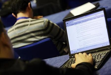 People attend a workshop at a web conference in Madrid April 20, 2009. REUTERS/Susana Vera