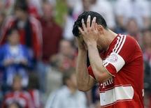 <p>Mark van Bommel, capitão do Bayern, reage após derrota, em casa, para o Schalke 04 por 1 x 0, atrapalhando os sonhos do título do Campeonato Alemão. REUTERS/Michael Dalder</p>