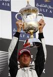 <p>Piloto da Brawn GP Jason Button ergue a taça do GP do Barein, disputado neste domingo. Barrichello foi o 5o. REUTERS/Steve Crisp</p>
