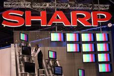 <p>Le groupe d'électronique japonais Sharp a enregistré sa deuxième perte trimestrielle consécutive sur la période allant de janvier à mars, sous le coup d'une faible demande pour ses téléviseurs, de la chute des prix de ses produits et des coûts de restructuration. /Photo d'archives/REUTERS/Steve Marcus</p>
