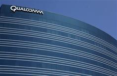 <p>Le groupe américain de semi-conducteurs Qualcomm a accepté de payer à son concurrent Broadcom 891 millions de dollars (678 millions d'euros) sur quatre ans pour régler un vieux contentieux sur des droits de propriété intellectuelle qui commençait à s'envenimer. /Photo d'archives/REUTERS/Mike Blake</p>