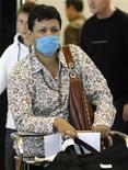 <p>Женщина, прибывшая рейсом из Мексики, в аэропорту Барселоны, 27 апреля 2009 года. Боитесь свиного гриппа? Есть легкий способ защитить себя от инфекции - мыть руки. REUTERS/Albert Gea</p>
