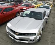 <p>General Motors auto workers prepare rows of the new Chevrolet Camaro for delivery, at the company's Oshawa Ontario facility April 8, 2009. REUTERS/Fred Thornhill</p>