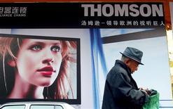 <p>Affiche publicitaire à Pékin. Le groupe Thomson SA a obtenu un sursis jusqu'au 16 juin pour négocier une restructuration de sa dette avec ses banques qui pourraient accepter de convertir une partie de leurs créances en actions. /Photo d'archives/REUTERS/Guang Niu</p>