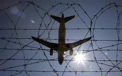 <p>Influenza suina, opuscoli a Fiumicino per chi viaggia. REUTERS/Max Rossi</p>