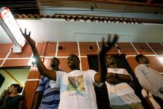 <p>African immigrants try to catch candy thrown from a Carnavale parade in Tapachula February 28, 2009. REUTERS/Daniel LeClair</p>