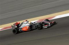 <p>Lewis Hamilton sulla sua McLaren durante il Gran premio del Bahrain. REUTERS/Caren Firouz</p>