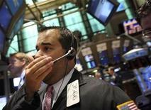 <p>Foto de archivo de un operador bursátil en la Bolsa de Comercio de Nueva York, EEUU, 27 abr 2009. Cuando la cineasta estadounidense Leslie Cockburn comenzó el rodaje de un documental sobre la recesión en enero del 2008, la crisis recién comenzaba a despegar. REUTERS/Brendan McDermid</p>