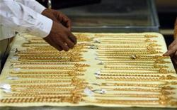 <p>Foto de archivo de una joyería con artículos de oro en Hyderabad, India, 27 abr 2009. Una neoyorquina fue acusada de robar cerca de 12 millones de dólares en lingotes de oro y joyas durante un período de seis años, sacando el botín de manos de su empleador y escondiendo las mercancías en el forro de su cartera. REUTERS/Krishnendu Halder</p>