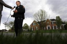 <p>Fairfax County Police spokesman Officer Eddy Azcarate gives a television interview outside the home where David Kellermann, acting chief financial officer of mortgage giant Freddie Mac, was found dead on Wednesday in Vienna, Virginia, April 22, 2009. REUTERS/Jonathan Ernst</p>