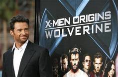 """<p>Foto de archivo del actor Hugh Jackman durante el estreno de """"X-Men Origins: Wolverine"""" en el teatro chino de Hollywood, 28 abr 2009. Son tiempos duros y están empeorando, de modo que Hollywood se refugia en el escapismo y las historias fantásticas, intentando animar a un público golpeado por la recesión con una temporada de verano boreal en el cine que comenzó con el estreno de """"X-Men Origins: Wolverine"""". REUTERS/Mario Anzuoni</p>"""